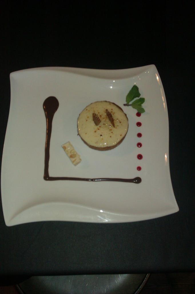 Tartelette au nougat, sauce chocolat